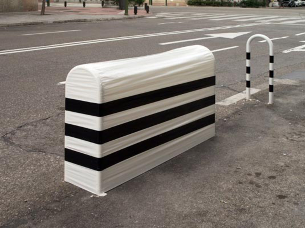 from the series Potencial Escultórico, 2008/2010, scotch tape on urban furniture